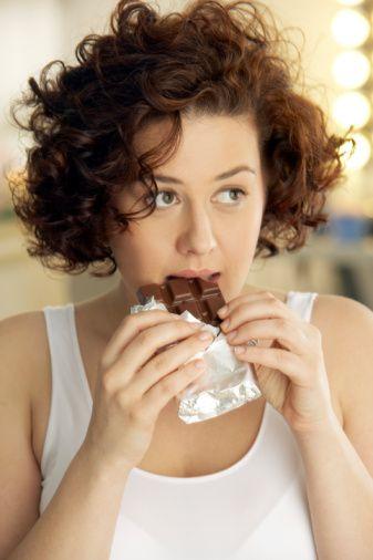 Ani açlık hissini bastırın Acıktığınızda glisemik endeksi düşük besinler seçerek (tahıllı ekmek, süt, et, balık, mercimek) kilo olmanızı engelleyebilirsiniz. Dümdüz bir karın için probiyotik kullanın  Bu bakteriler, bağırsaklarınızı rahatlatır, sindiriminizi kolaylaştırır.
